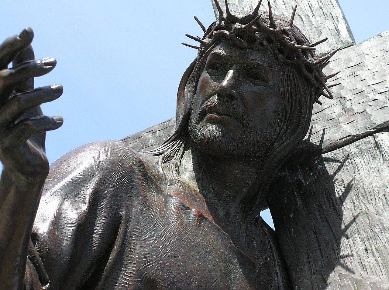 Les difficultés posées par le déplacement d'une statue ancienne et précieuse